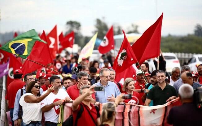 Gleisi Hoffmann e outras lideranças do PT já chegaram à capital do Rio Grande do Sul para julgamento do recurso de Lula