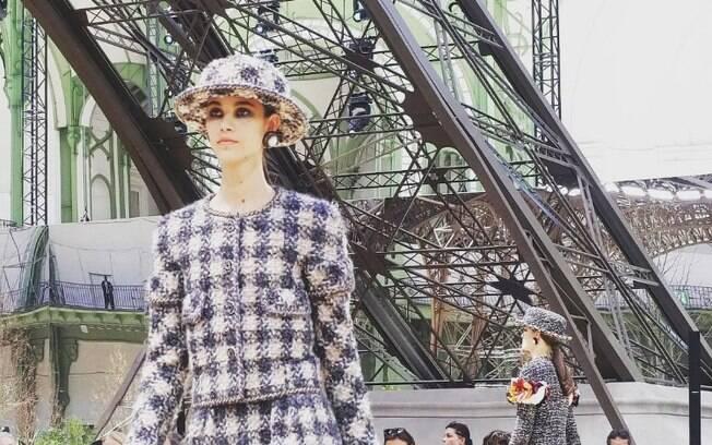 O estilista Karl Lagerfeld foi um dos responsáveis por tornar a cidade de Paris conhecida como 'a capital da moda'