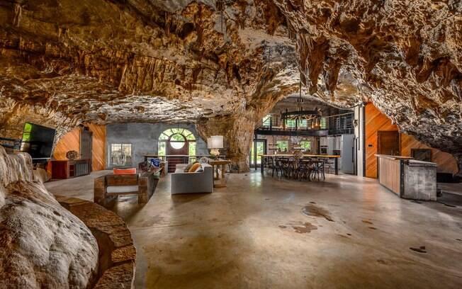 A área interna da caverna impressiona pela elegância. O espaço é bem procurado por turistas e historiadores
