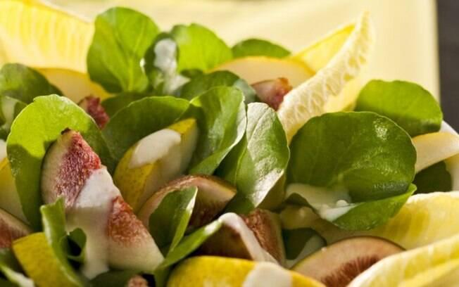 Fabiana Badra, da Foodstylist, ensina a fazer uma salada de figo e peras com rúcula e molho de queijo