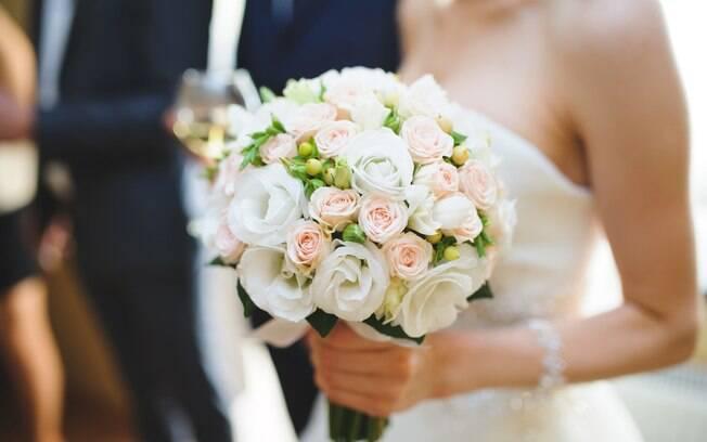 A confusão no casamento foi causada por uma convidada que roubou o buquê da noiva porque eram 'as flores mais bonitas'