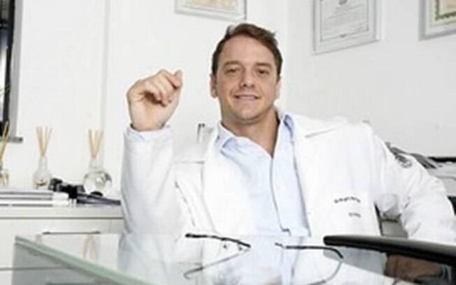Rogério Padovan, ex-participante do reality show Big Brother Brasil, em sua clinica
