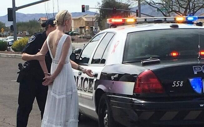 De acordo com as autoridades, Amber Young estava vestida como uma noiva e não quis informá-los para onde estava indo