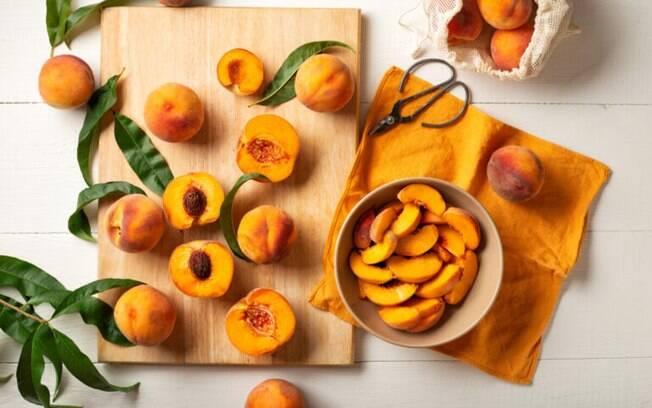 7 receitas com pêssego para sobremesas deliciosas