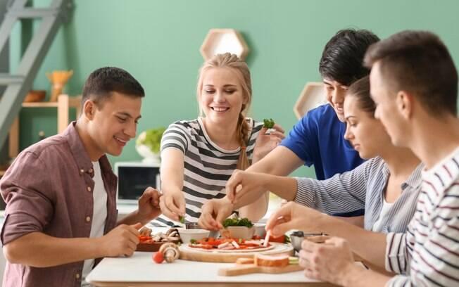 Reunir os amigos para fazer receitas gostosas é uma forma de aproveitar o final de semana