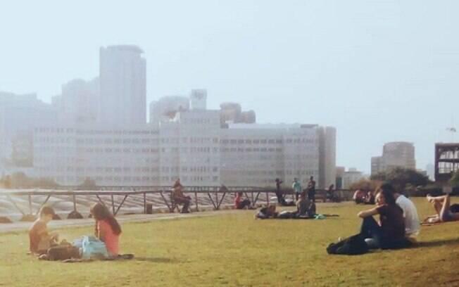 Apesar da programação cultural, o CCSP tem um jardim suspenso, onde é possível sentar na grama, com uma vista linda