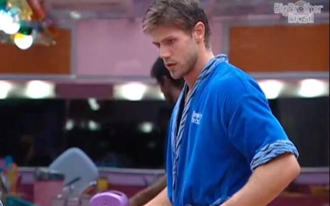 Jonas deixa a piscina para cozinhar o arroz