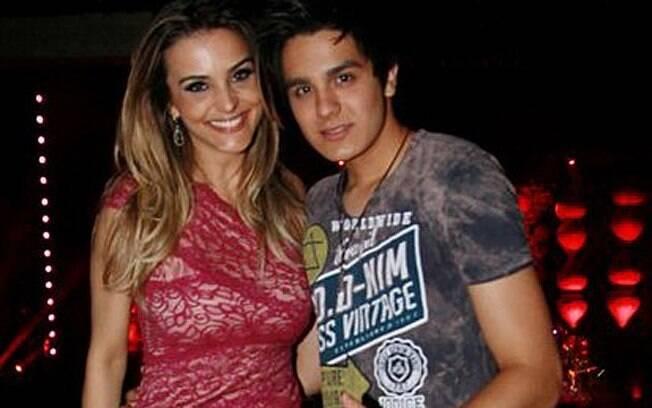 Luan e a repórter Denise Severo trocaram beijos, carinhos e bateram papo no camarim de Zezé e Luciano