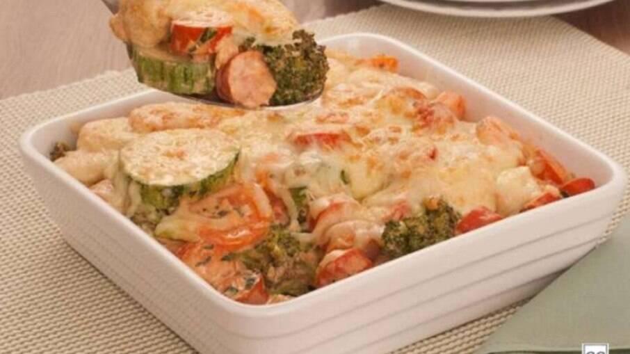 Gratinado de salsicha e legumes rápido e fácil