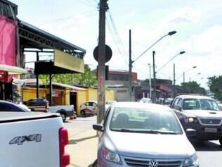 Sem vagas na via, condutores estacionam em passeios e meios-fios