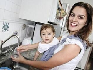 Ligia De Sica com a filha Aurora no sling: tarefas domésticas facilitadas