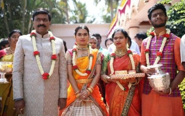 Janardhana Reddy (esq.) com a filha e outros membros da família