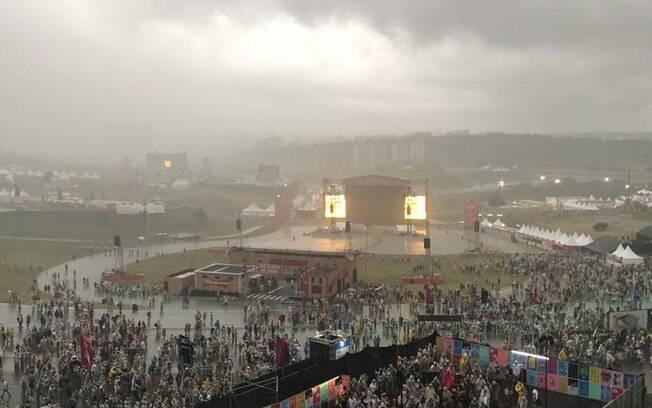Chuva forte cai no Lollapalooza brasil