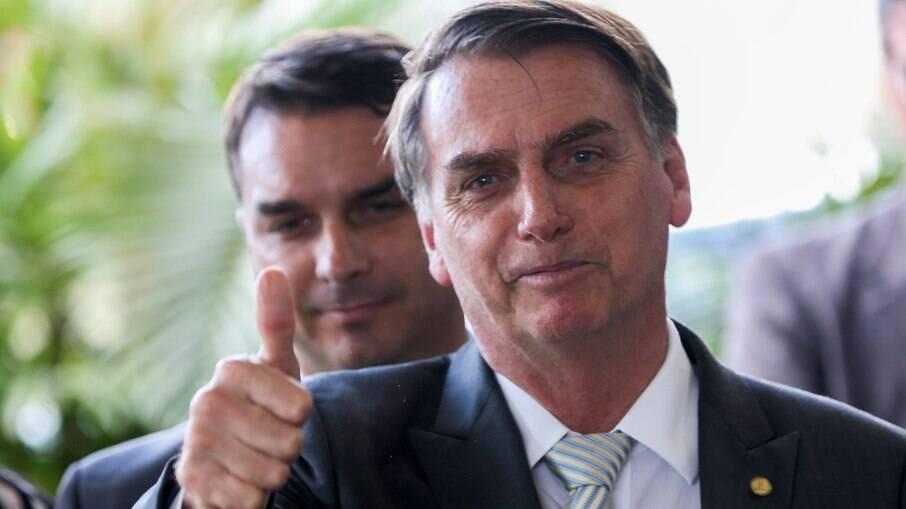 Além de Flavio Bolsonaro, Jair e Carlos também teriam participado de esquema de