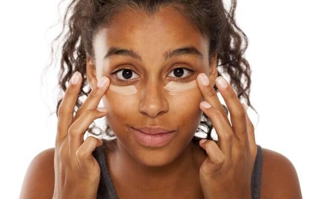 Maquiagem pode ser uma forma prática de clarear olheiras durante um dia que não dê tempo de fazer compressas