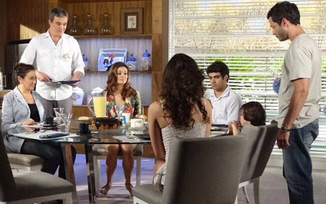 Quinzé aparece com Deborah para o café da manhã, deixando todos surpresos