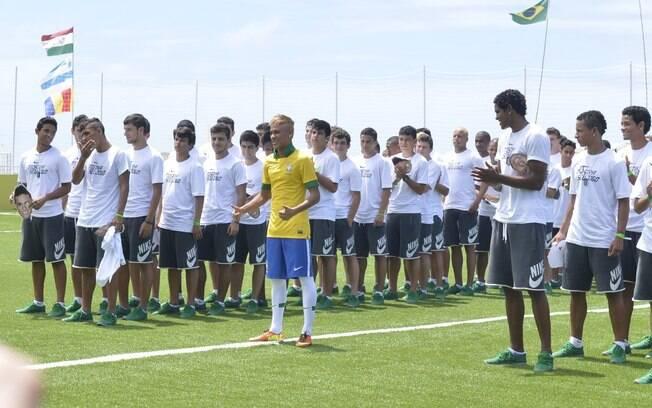 Neymar posa ao lado de jovens na apresentação  do uniforme do Brasil