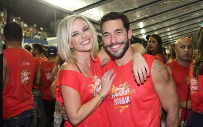 Natallia Rodrigues passou pelo camarote Brahma ao lado do namorado, Pedro, para acompanhar o segundo dia de desfiles das escolas paulistas