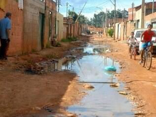 """Local sem saneamento básico em Brasília: """"Renda, condições de educação, de saneamento e água influenciam bastante na permanência dessas doenças"""