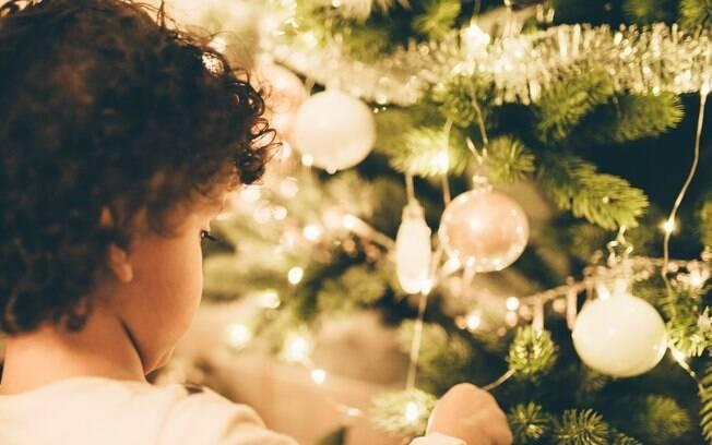 Crianças também podem participar da hora de montar a decoração de Natal, e isso vai unir ainda mais a família