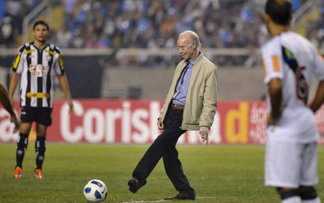 Mário Jorge Lobo Zagallo deu o pontapé  inicial da partida no Engenhão (7/8/2011)