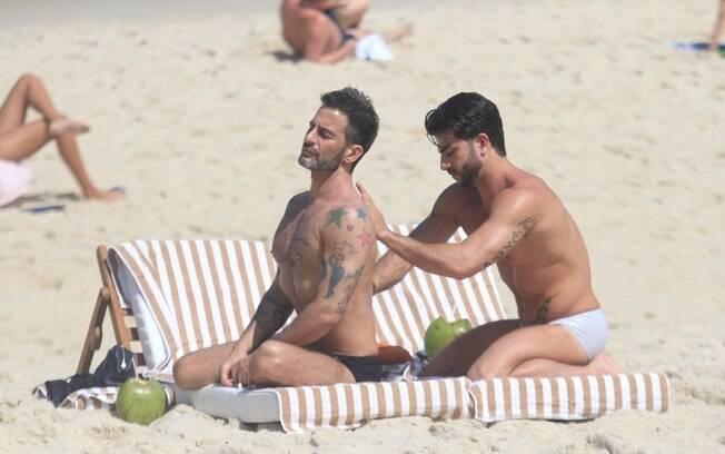 Marc Jacobs e Harry Louis voltam à praia de Ipanema e se lambuzam de protetor solar