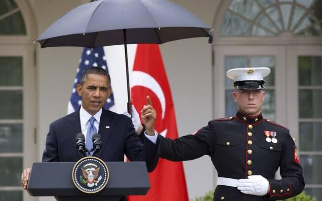Protegido por guarda-chuva segurado por marine, Obama dá coletiva em conjunto com premiê turco, Recep Tayyip Erdogan (não visto) (16/5/2013)