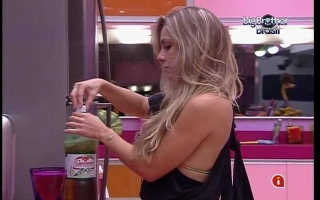 Renata conversa com João Carvalho na cozinha da Casa Principal