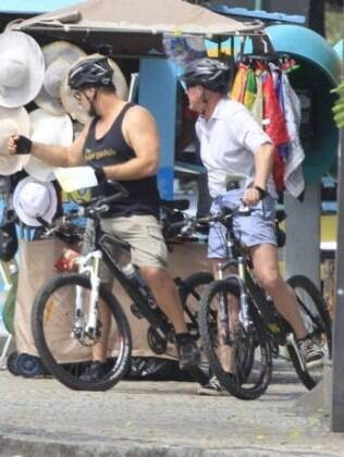 Russell Crowe pedala acompanhado de segurança, no Rio de Janeiro