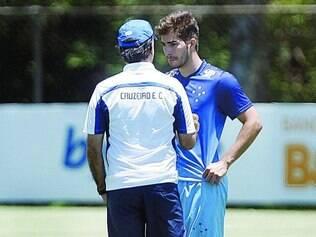Conversa particular. Marcelo Oliveira bateu um papo com Lucas Silva na véspera do jogo contra o Grêmio