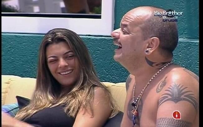 Monique e João Carvalho fumam juntos no sofá da área externa