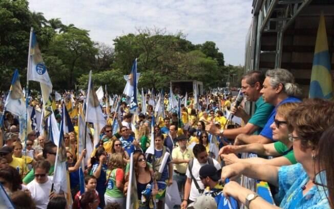 Militantes tucanos percorrem da praça da Liberdade a praça da Savassi em ato de apoio