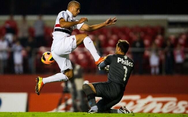 Luís Fabiano não consegue superar o goleiro  Renan, do Goiás, e desperdiça chance para o São  Paulo