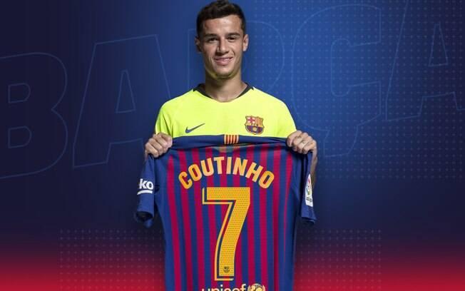 Philippe Coutinho posa com a camisa 7 do Barcelona