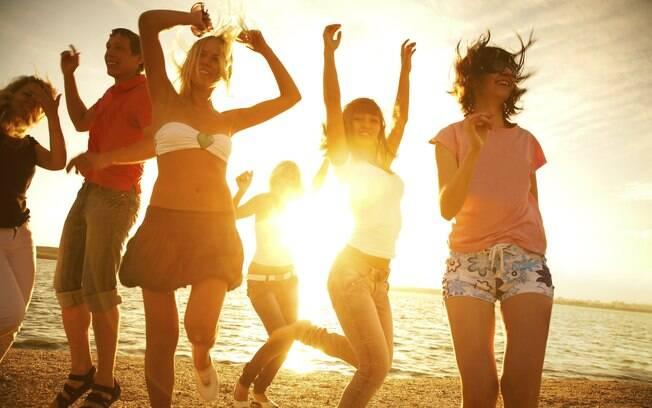 Aaaaah o verão: tão bom para o humor, tão ruim para a beleza! Mas a gente ensina como enfrentar os meses mais quentes sem cabelo oleoso e pele mal cuidada