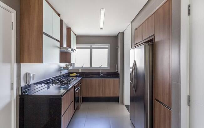 Apesar de ter um valor mais elevado, os móveis planejados para cozinha duram por muitos anos e permitem aproveitar cada centímetro do ambiente; prateleiras abertas também ajudam a deixar os itens do dia a dia com fácil localização
