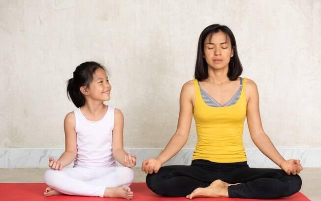 Praticar mindfulness com as crianças é uma forma de ensinar técnicas de respiração que ajudam a acalmar
