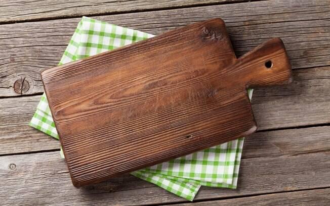 A tábua de corte, assim como outros utensílios de cozinha, pode colocar a sua saúde em risco; leia e veja as razões