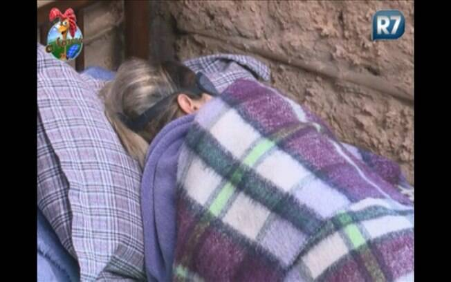 Dani Bolina dorme enquanto todos trabalham