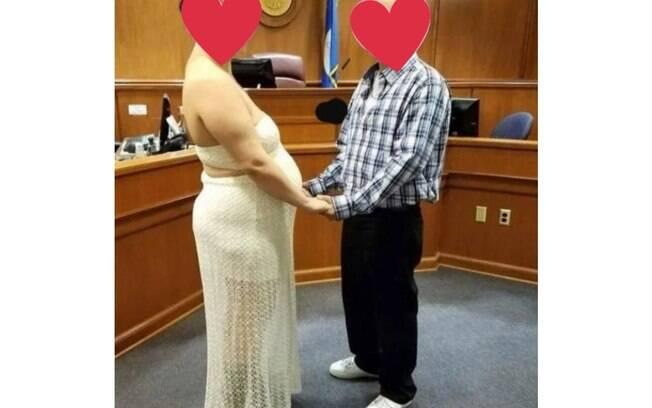 Mulher foi duramente criticada pelo vestido de noiva que escolheu para o seu casamento