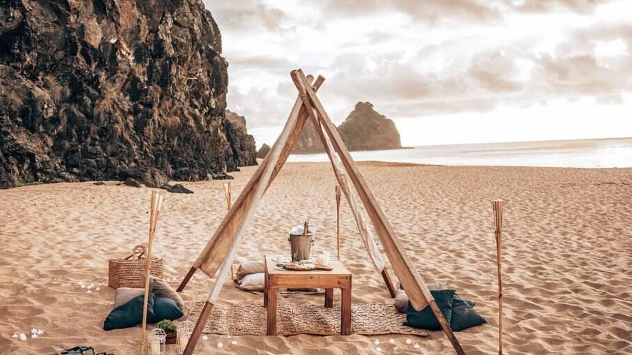 Piquenique ao pôr-do-sol com barca de lanches ou sushi é uma das experiências exclusivas para se viver em Fernando de Noronha