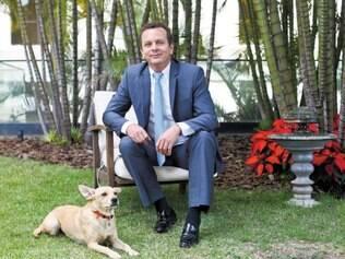 Harmonia. O engenheiro eletricista e fundador da Zetra, Renato Araújo, e a cadela mascote Gugolina, na sede da empresa, em Belo Horizonte