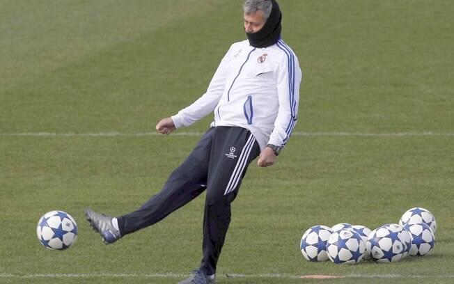 Mourinho chuta a bola durante o treino em  Madri