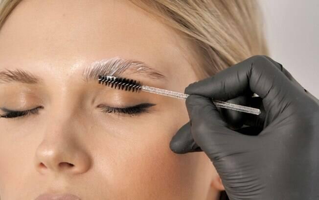 De micropigmentação à descoloração: conheça métodos para valorizar a sobrancelha