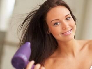 Para um resultado bonito, é importante priorizar a parte da frente do cabelo e o topo da cabeça secagem