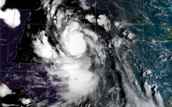 Por conta do furacão, a cidade de Cancún determinou o esvaziamento de hotéis e está se preparando para os estragos.