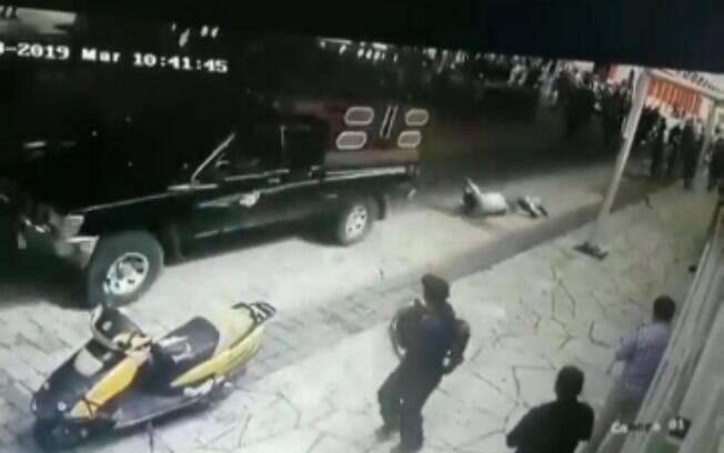 Imagens de segurança mostram prefeito sendo arrastado