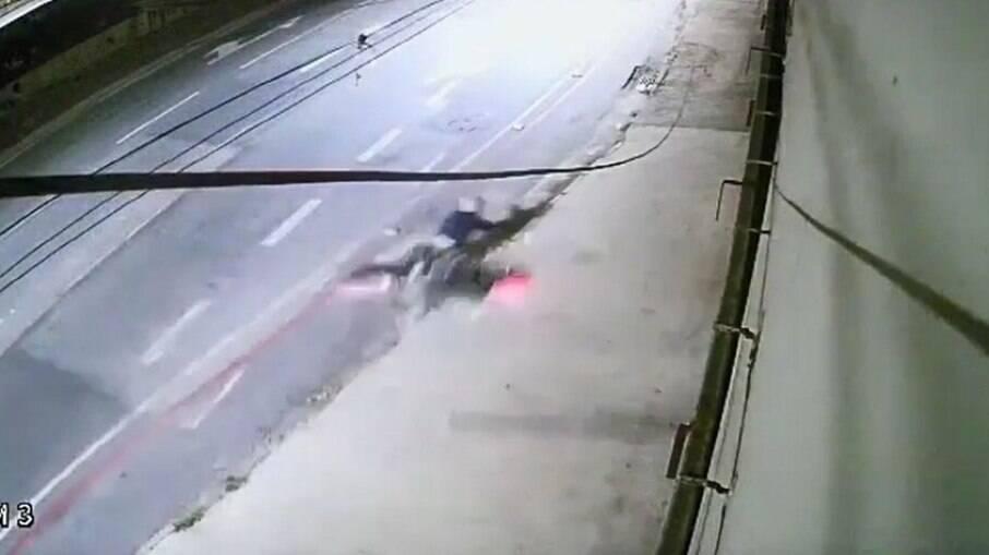 Fugitivo se depara com escada em plena fuga e se arrisca