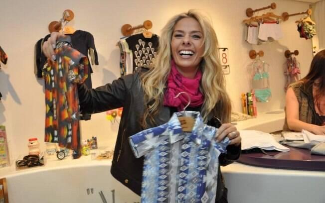 Adriane Galisteu escolhe roupinhas para seu Vittorio: