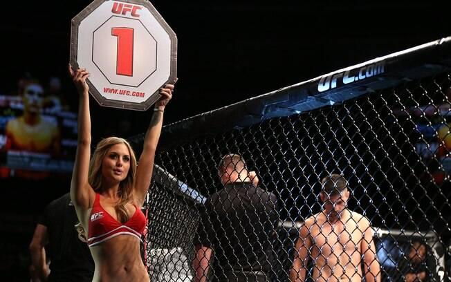 A bela Brittney Palmer segura a placa durante o UFC Getty